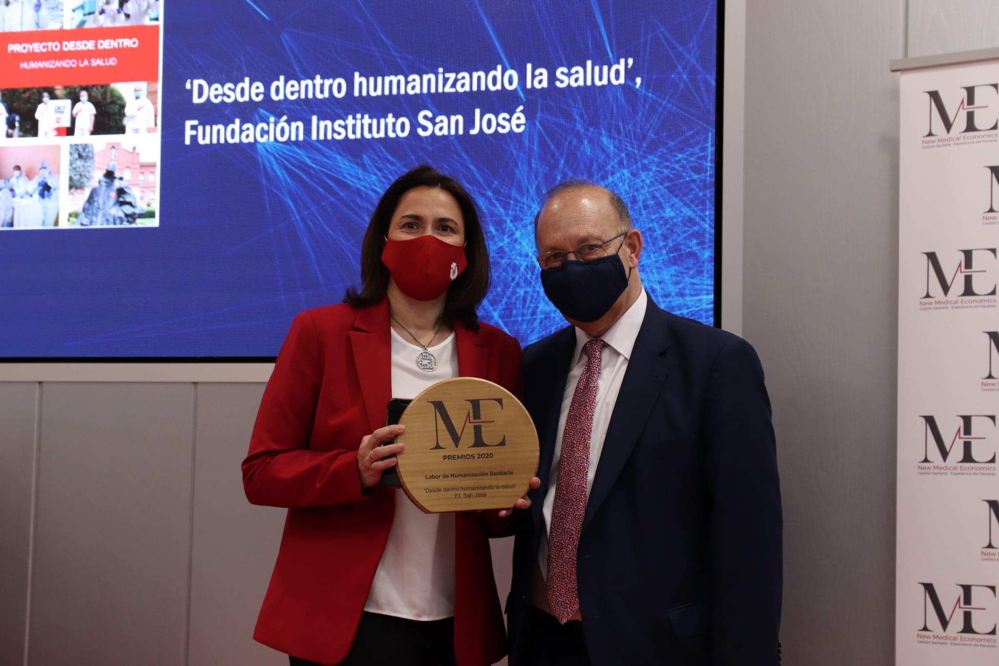 Natalia Paz recoge de manos de José María Martínez el premio NME 2020